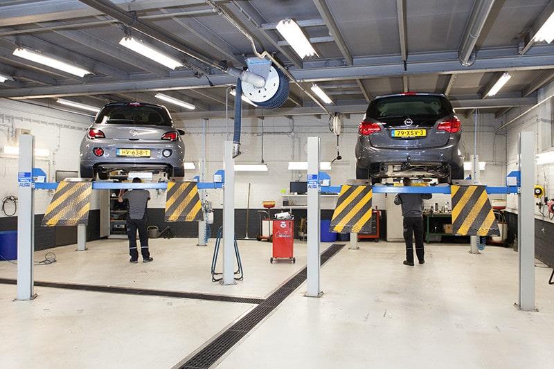 Werkplaats met twee auto's