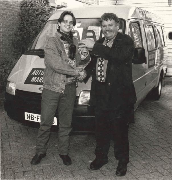 Guus Meeuwis koopt zijn eerste tour-bus bij Jan Corsten.